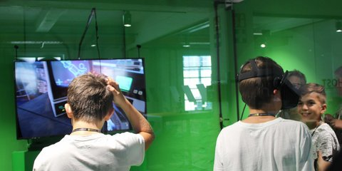 Digicamp Teilnehmer spielen Virtual Reality Game